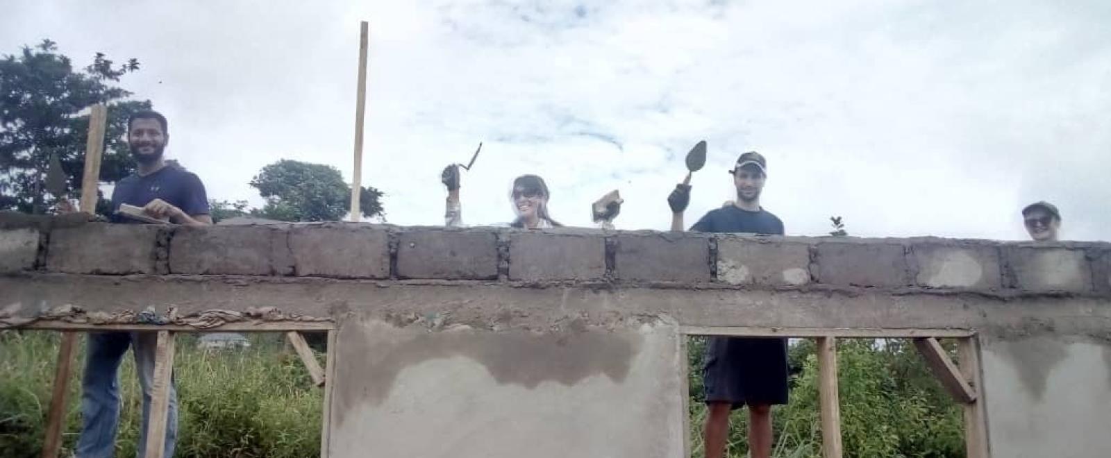 ガーナで建築活動に取り組む柳怜緒奈さんと仲間のボランティア